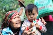 Người dân xã Trường Sơn nhận quà hỗ trợ sau 2 tuần bị lũ cô lập