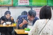 [Photo] Người Hà Nội tuân thủ phòng dịch tại quán ăn, hàng cafe
