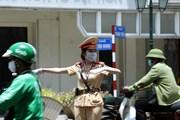 [Photo] Cảnh sát giao thông Hà Nội nỗ lực làm nhiệm vụ dưới nắng nóng