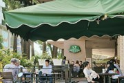 [Photo] Các địa điểm ăn uống tại TP.HCM bắt đầu phục vụ khách tại chỗ