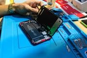 [Photo] Soi 'nội thất' iPhone XR mới lên kệ ở Việt Nam