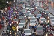 Người dân đội mưa rét, nhích từng mét về quê nghỉ Tết Dương lịch