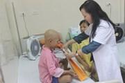 Bộ trưởng Y tế tặng quà cho bệnh nhi ung thư dịp Trung thu