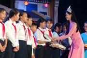 Hoa hậu Tiểu Vy tặng quà Trung thu cho trẻ em có hoàn cảnh khó khăn