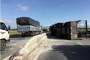 Ninh Thuận: Xe tải đâm dải phân cách, lật ngang Quốc lộ 1A