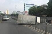 TP.HCM: Xe tải lật ngang trên cầu vượt, hai người bị thương nặng