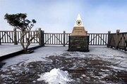 Tuyết bất ngờ rơi trắng trời trên đỉnh núi Fansipan ở Lào Cai