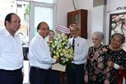 Hình ảnh Thủ tướng chúc mừng nhà báo lão thành TP.HCM