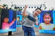 Trẻ em hào hứng với triển lãm Thắp sáng nụ cười Việt Nam