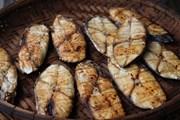 Thanh Hóa: Cá thu nướng, món quà quê hút khách ngày Tết