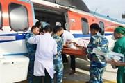 Trực thăng đưa 2 ngư dân gặp nạn ở vùng biển Trường Sa vào đất liền