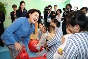 Hai đệ nhất phu nhân Hàn-Triều thăm bệnh viện nhi, Học viện âm nhạc