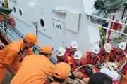 Đưa 4 thuyền viên nước ngoài bị tai nạn trên biển vào đất liền