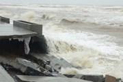 Kè biển Nhật Lệ ở tỉnh Quảng Bình bị sóng đánh tan hoang