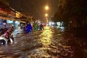 Hình ảnh mưa lớn kéo dài, nhiều tuyến đường ở TP.HCM ngập nặng