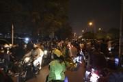 Người dân Thủ đô đổ về công viên Thống Nhất xem pháo hoa đêm giao thừa