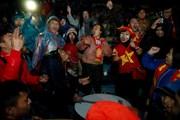 Bất chấp mưa rét, cổ động viên quê nhà tiếp sức cho tuyển Việt Nam