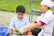 Học sinh Hà Nội háo hức học gói bánh chưng đón Tết cổ truyền