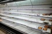 Người dân Qatar đổ xô đi mua thực phẩm, nước uống dự trữ