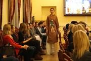 Sinh viên ngành Việt Nam học tại Nga tìm hiểu về tà áo dài Việt Nam
