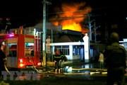 Hỏa hoạn thiêu rụi một cửa hàng nội thất, 4 người mắc kẹt