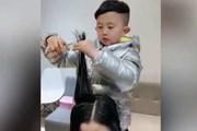 [Video] Thợ cắt tóc nhí 6 tuổi nổi tiếng khắp Trung Quốc