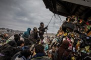 [Video] Những đứa trẻ đáng thương phải bỏ học đi bới rác ở Iraq