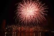 Hình ảnh pháo hoa rực sáng trên bầu trời kể chuyện về chủ đề 'Ra khơi'