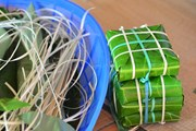 Hình ảnh chiến sỹ gói bánh chưng bằng lá bàng vuông trên đảo Sinh Tồn