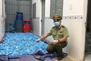 Cận cảnh kho chứa đồ dùng y tế qua sử dụng đang được đóng gói để bán