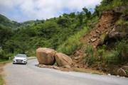 [Photo] Nguy cơ sạt lở trên tuyến đường biên giới ở Nghệ An