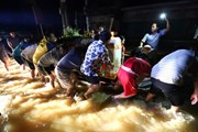 Hình ảnh tang thương đám tang trong đêm tại vùng lũ Lệ Thủy