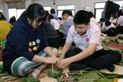 [Photo] Trường song ngữ Lào-Việt Nam Nguyễn Du gói bánh chưng đón Tết