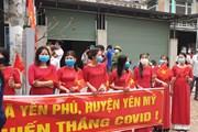 [Photo] Người dân xã Yên Phú hân hoan khi được dỡ bỏ lệnh phong tỏa
