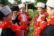 [Photo] Nghệ thuật trang trí trang phục truyền thống của người Dao đỏ
