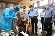 Lãnh đạo Bộ Y tế và thành phố Hà Nội kiểm tra các điểm tiêm vaccine