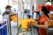 Người Hà Nội xếp hàng chờ mua bánh Trung Thu tại trường tiểu học