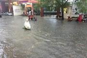 """Đường phố nhiều quận nội thành Hà Nội thành """"sông"""" sau cơn mưa lớn"""
