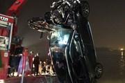 Phát hiện 2 người tử vong trong vụ xe ôtô văng khỏi cầu Chương Dương
