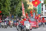 """Cổ động viên diễu hành """"tiếp lửa"""" trước trận Việt Nam-Thái Lan"""