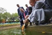 Đại sứ Hoa Kỳ Daniel J. Kritenbrink thả cá chép tiễn ông Táo về trời