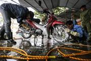 Giá rửa xe trước Tết tăng chóng mặt, người dân vẫn xếp hàng chờ