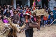 Trai làng giả gái gieo hạt tại lễ hội trâu bò rơm rạ tỉnh Vĩnh Phúc