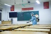 Trường học đầu tiên ở Hà Nội phun thuốc khử trùng phòng virus corona