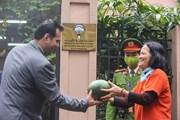 Người dân xếp hàng nhận 2 tấn dưa hấu miễn phí tại Đại sứ quán Kuwait