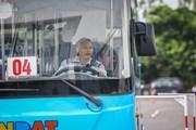 Tài xế xe buýt trình diễn kỹ năng xử lý điêu luyện trên trường đua