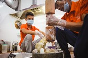 [Photo] Cận cảnh quy trình làm chả mực giã tay ở Hạ Long