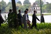 Thủ tướng Nhật Bản Suga Yoshihide tập thể dục buổi sáng ở Hồ Gươm