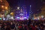 Người dân Hà Nội nô nức dạo chơi đêm Giáng sinh 2020