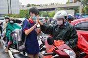 [Photo] Thí sinh Hà Nội đội mưa đến điểm thi vào cấp 3